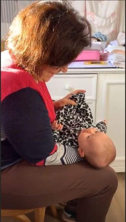 A bebê de Thaeme fazendo massagem para aliviar os gases