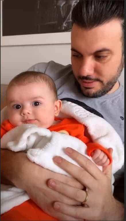 A pequena Liz, filha da cantora Thaeme, com o pai