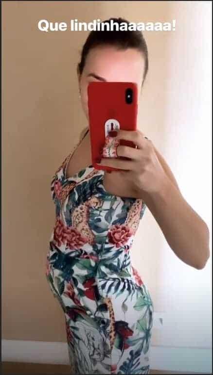 Para compartilhar o crescimento de sua barriga de grávida a cantora Thaeme Mariôto publicou essa imagem