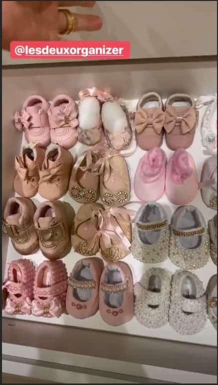 Thaeme também encantou ao divulgar os lindos sapatinhos da filha