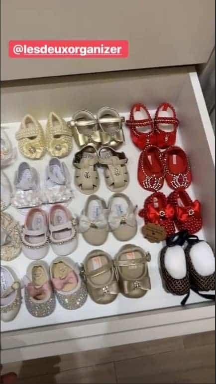 A pequena Liz nem chegou e já tem um bela coleção de sapatos