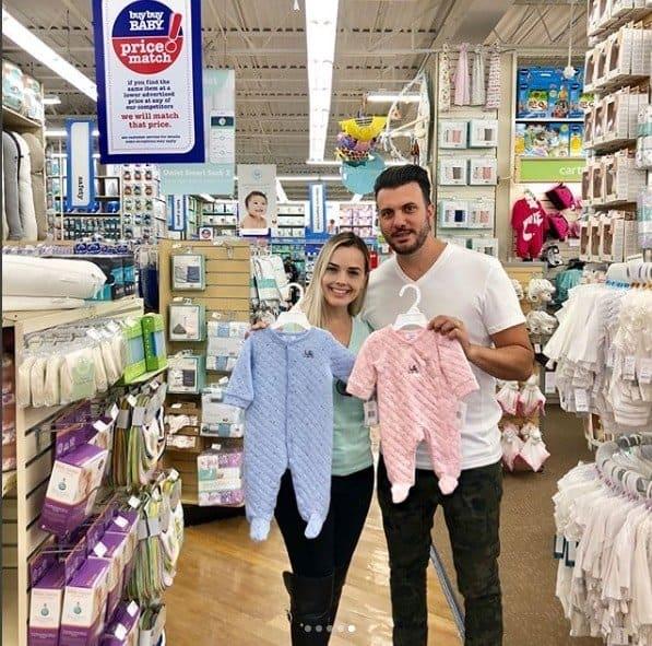 Thaeme com o empresário Fábio Elias comprando o enxoval do bebê