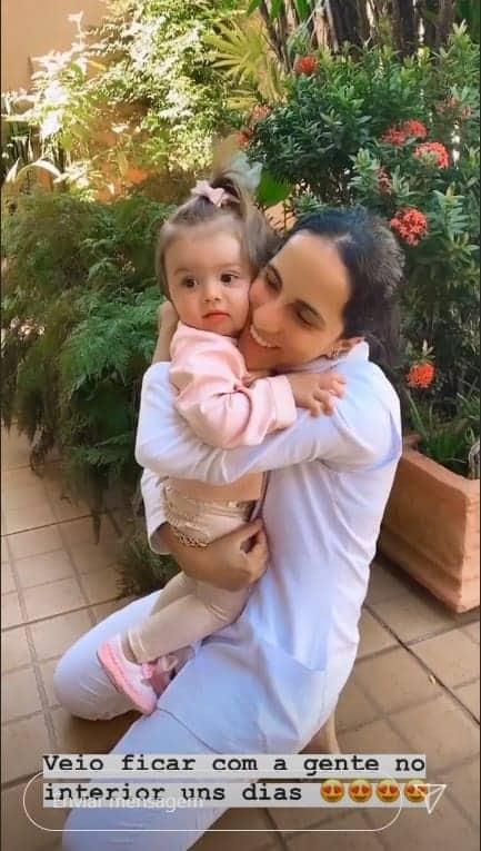 Flha de Thaeme abraçada com sua babá