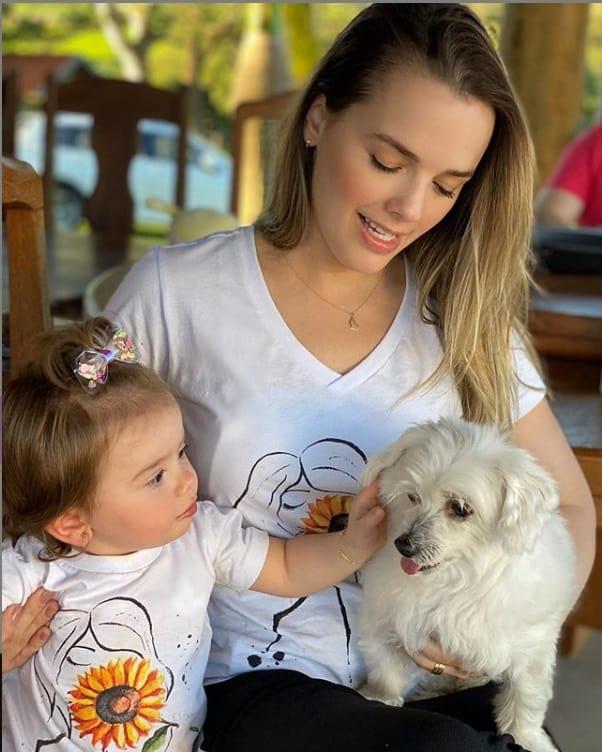 Thaeme com sua bebê e seu cachorrinho
