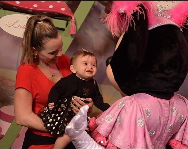 Bebê de Thaeme Mariôto encantada com a Minnie