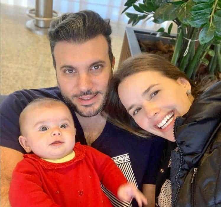 Thaeme Mariôto com o marido e a filha Liz