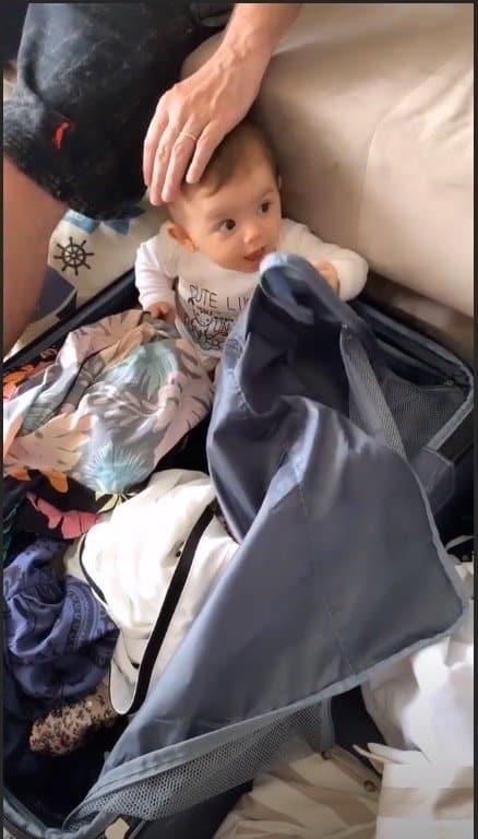 Filha de Thaeme aprontando na mala de sua mãe