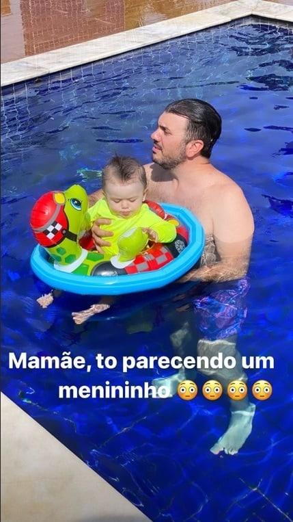 Filha de Thaeme brincando na piscina ao lado do pai