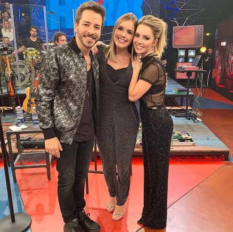 A cantora Thaeme com a dupla Sandy & Junior, em um programa de TV