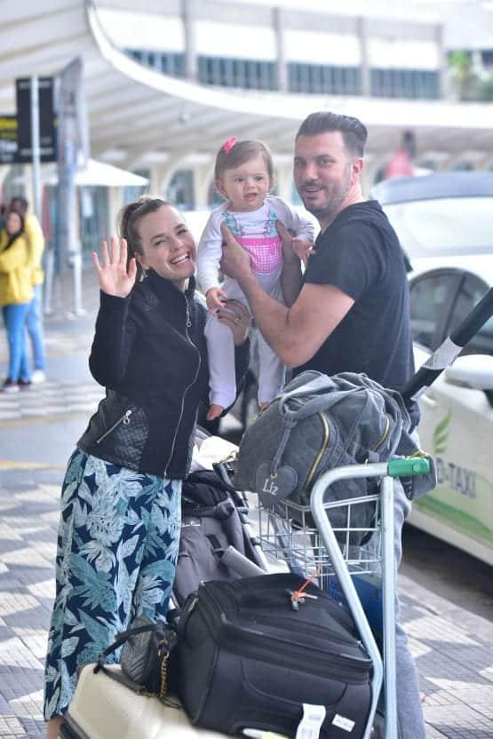 Thaeme no aeroporto com sua bebê