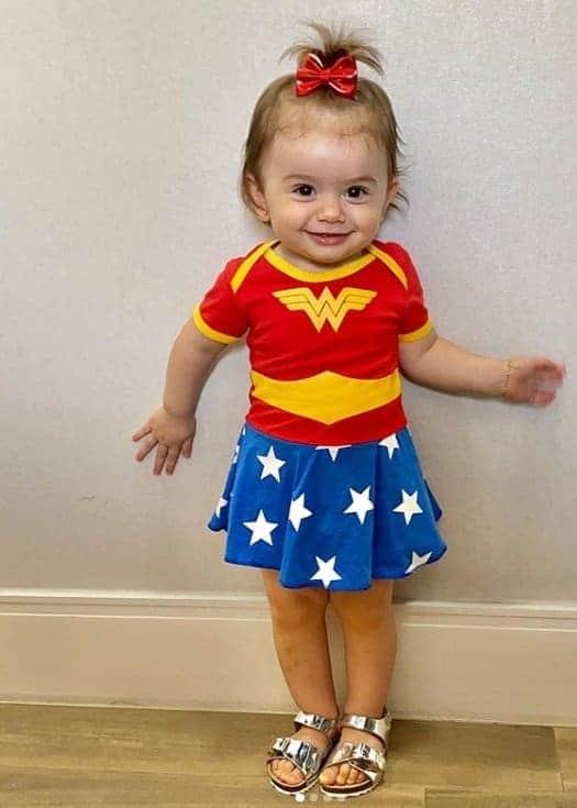 Bebê de Thaeme com fantasia de Mulher Maravilha