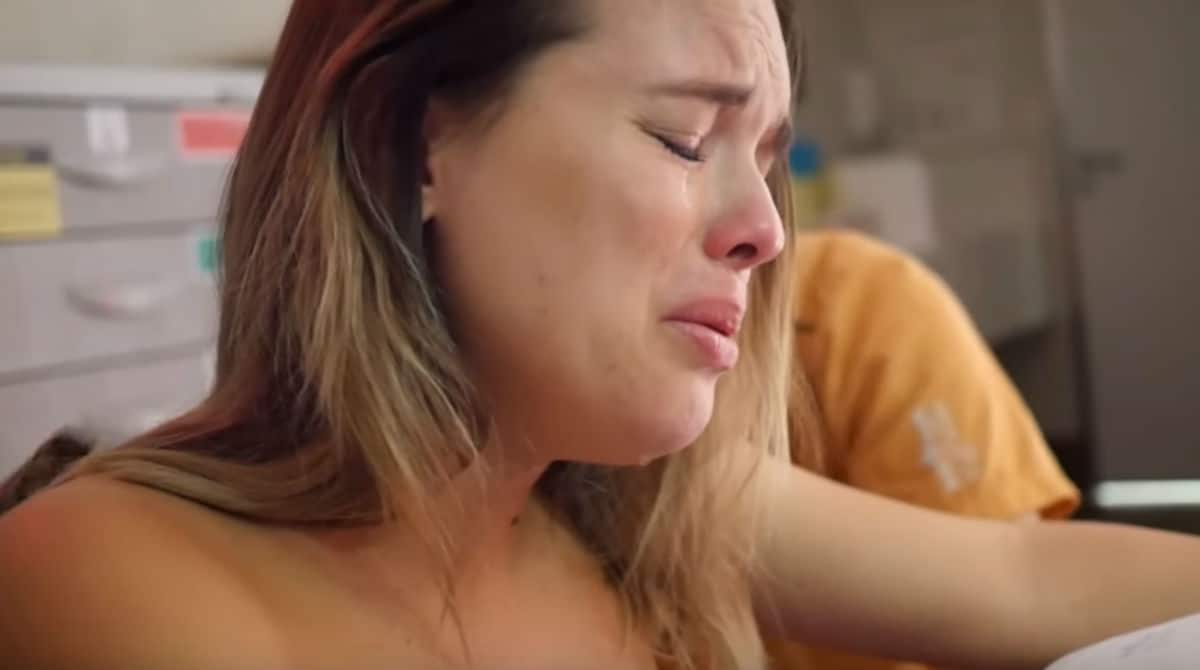 Cantora Thaeme compartilha imagem do nascimento da filha