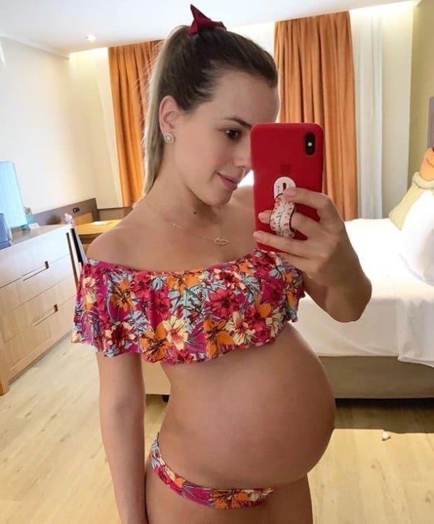 Thaeme e seu barrigão de grávida em foto rara