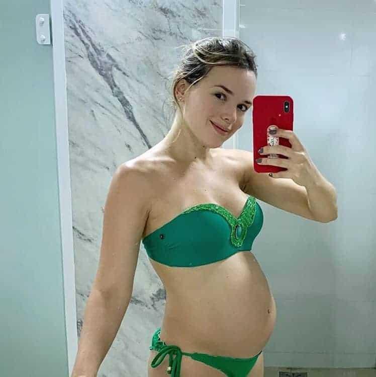 Com uma bela barriga de gravidez a cantora Thaeme compartilhou essa imagem