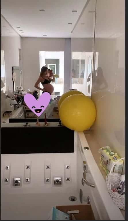 Com nove meses de gravidez a cantora Thaeme mostra o barrigão