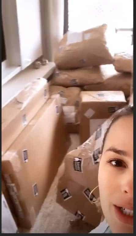 A cantora Thaeme Mariôto mostrou que os móveis do quarto de sua filha estão na sala no momento
