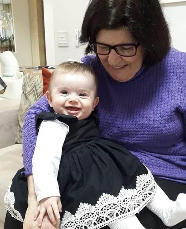 A sogra de Thaeme com a pequena Liz