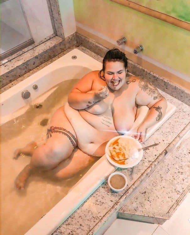 Thais Carla posou sem roupa na banheira aos cinco meses de gravidez