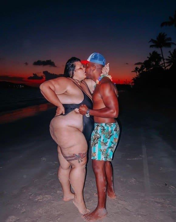 Thais Carla com o marido usando um maiô cavadíssimo