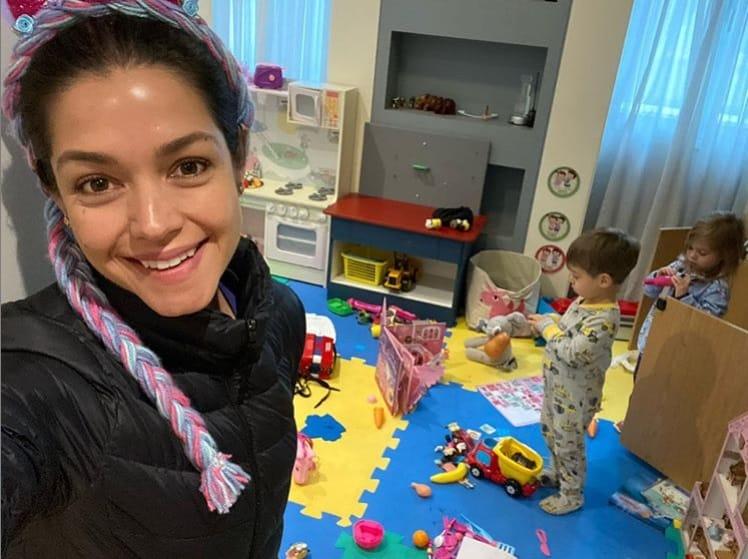 Thaís Fersoza na brinquedoteca com os filhos