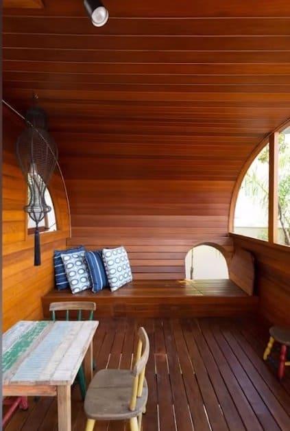 Dentro da casa na árvore de Melinda e Teodoro