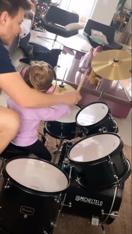 Thaís Fersoza mostrou sua filha tocando bateria com o pai
