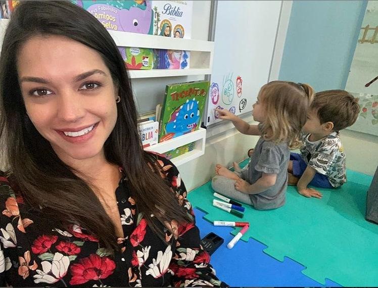Thaís Fersoza mostrando brincadeira dos filhos