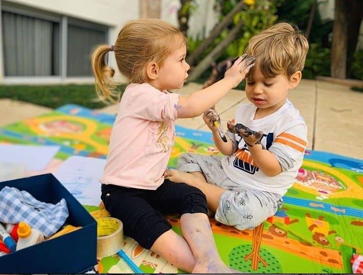 Filhos de Thaís Fersoza e Michel Teló durante uma brincadeira