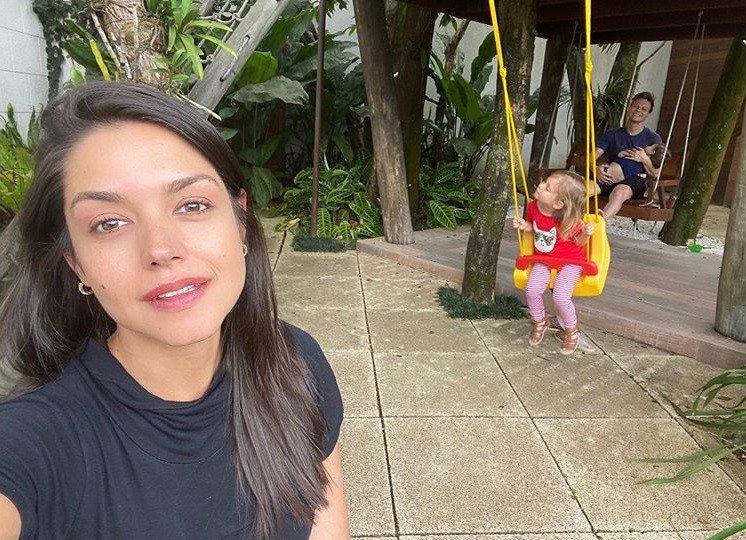 Thaís Fersoza mostrando Michel Teló com os filhos na casa da árvore