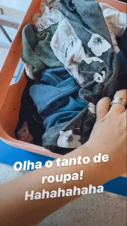 Thaís Fersoza mostrando as roupas de seus filhos que estão para dobrar