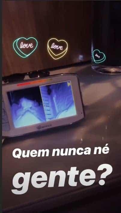 Pela babá eletrônica a atriz Thaís Fersoza flagrou sua filha Melinda cantando