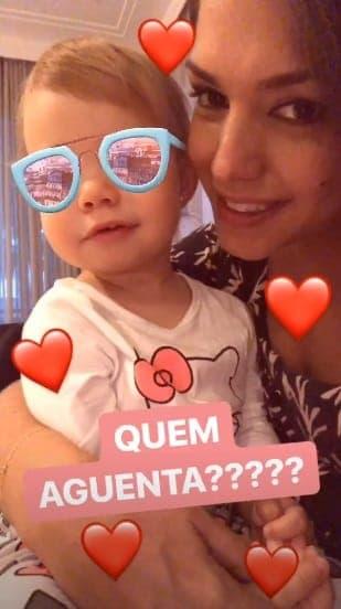 Melinda, filha de Thaís Fersoza, querendo tirar uma selfie