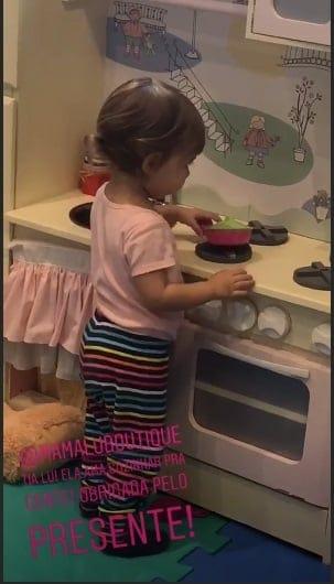 Thaís Fersoza publicou essa foto da Melinda usando a sua cozinha de brinquedo.