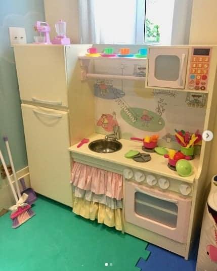 Essa é a cozinha de brinquedo da filha da atriz Thaís Fersoza