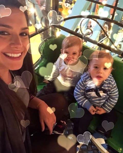 Melinda e Teodoro com a mamãe na roda gigante