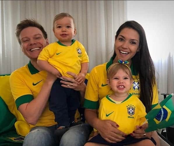 Michel Teló, Thaís Fersoza e os filhos torcendo pelo Brasil
