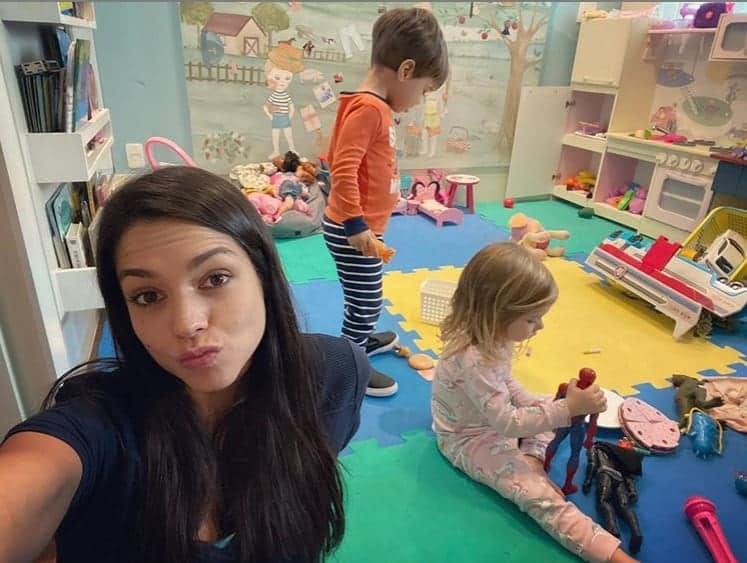 Thaís Fersoza com os filhos no quarto de brinquedos