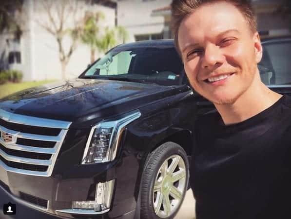 O carro Cadillac Escalade 2018 e o cantor Michel Teló