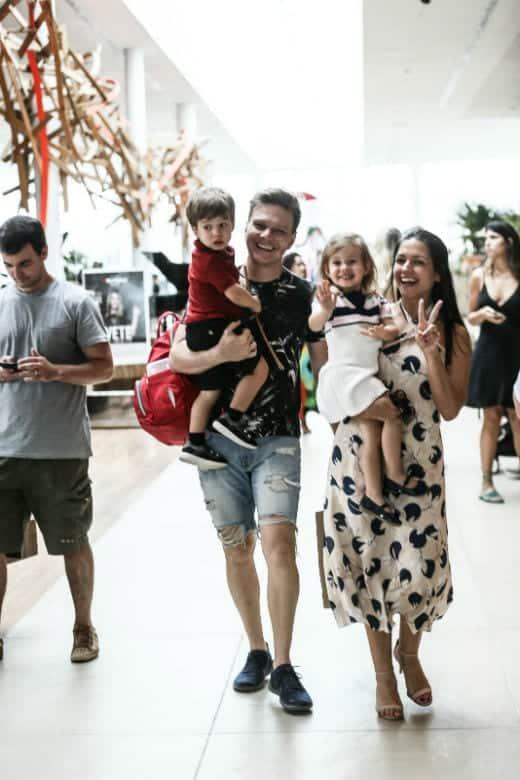 Thaís Fersoza com filhos em passeio no shopping