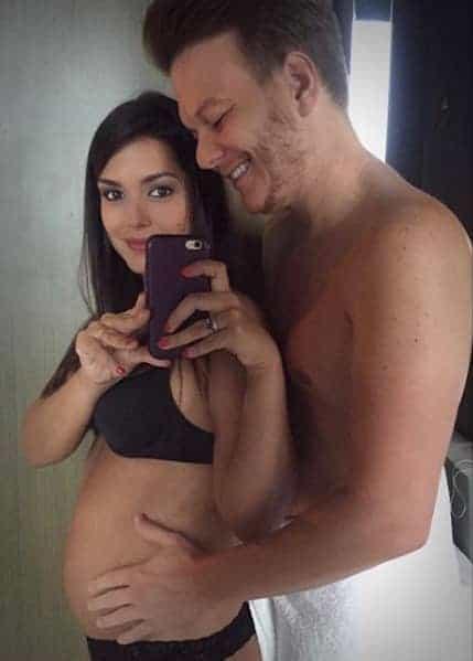 Thaís Ferzosa estava grávida de Melinda nessa foto
