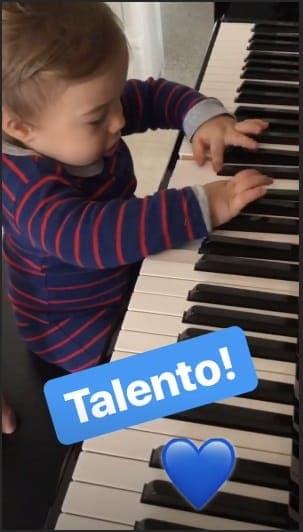 Thaís Fersoza compartilhou essa imagem do Teodoro tocando piano