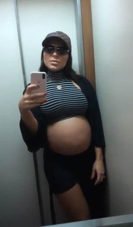 Esposa de Thammy Miranda mostrou sua barriga de sete meses de gravidez