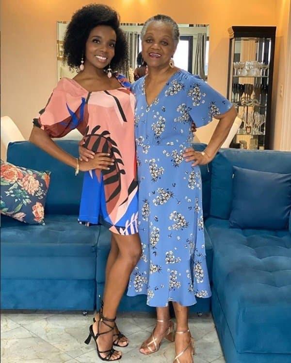 Thelma Assis com sua mãe, a dona Yara