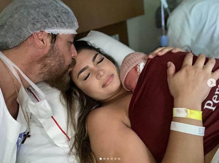 Theo Becker com sua bebê recém-nascida e a esposa