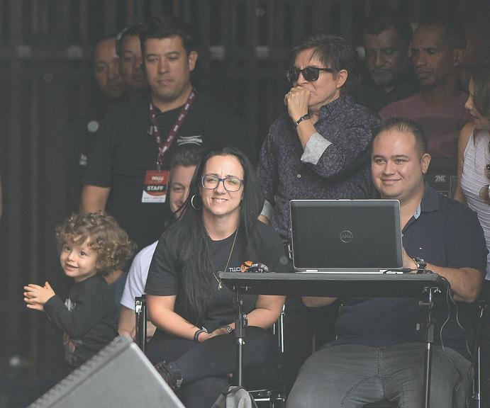 Theo nos bastidores do show de Sandy