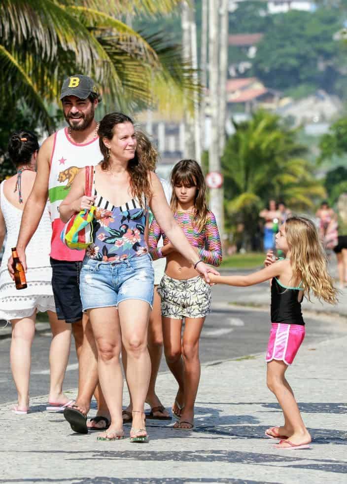 Thiago Lacerda passeando com filhos e a esposa