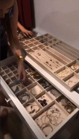 Aqui a parte das jóias do closet gigante de Thyane Dantas