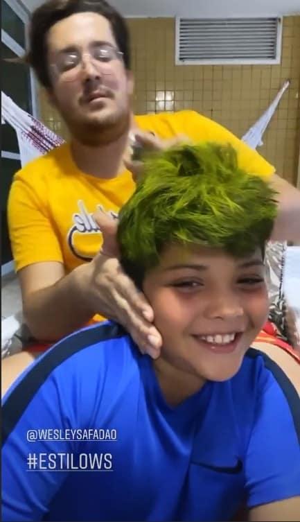 Thyane Dantas mostrando Yhudy com cabelo pintado de verde