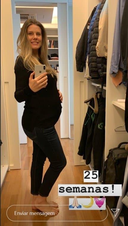 Esposa de Tiago Leifert, Daiana Garbin, exibindo a barriga de grávida