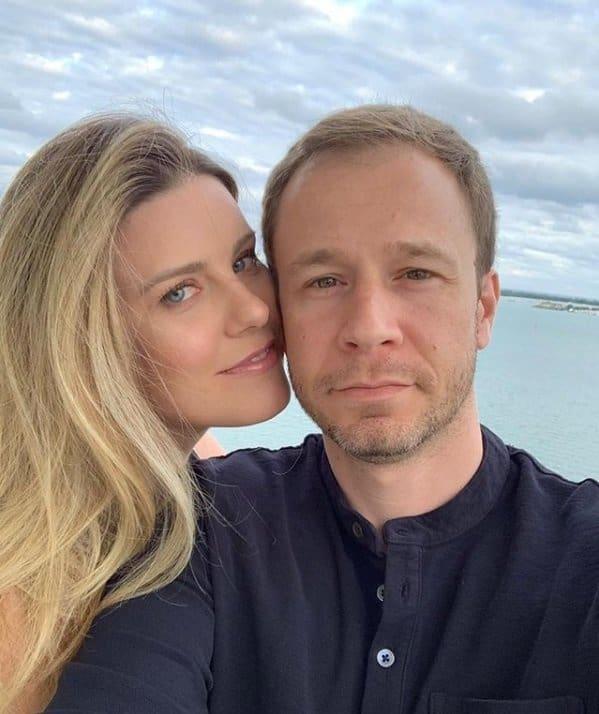 Tiago Leifert ao lado da esposa Daiana Garbin